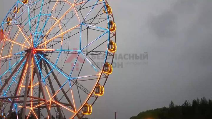 Появилось видео, как колесо обозрения резко закрутилось в обратную сторону