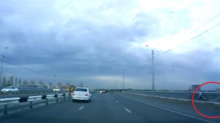 «Куда мужик собрался»: тюменцы засняли на видео прохожего, повисшего на перилах Профсоюзного моста