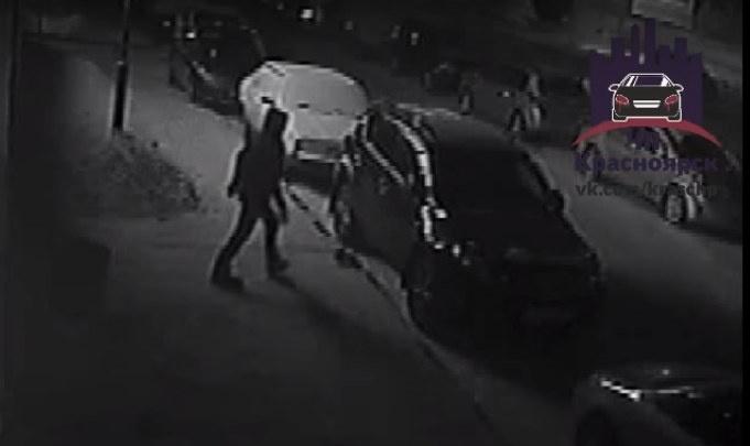 Ночной вандал сбивал боковые зеркала с автомобилей в «Северном»