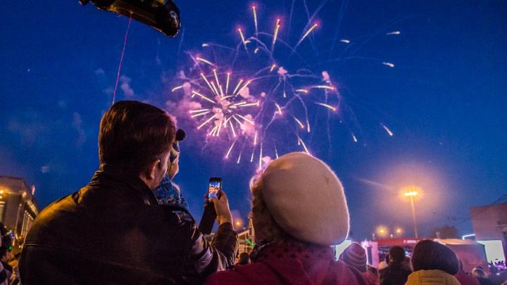 Красные волны в небе: власти Новосибирска заказали салют на День Победы