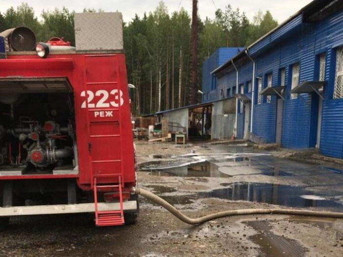 Огонь охватил цех, расположенный на территории старого химического завода