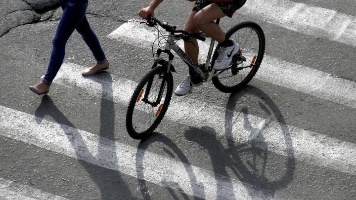 Мусоровоз сбил велосипедиста на трассе под Новосибирском