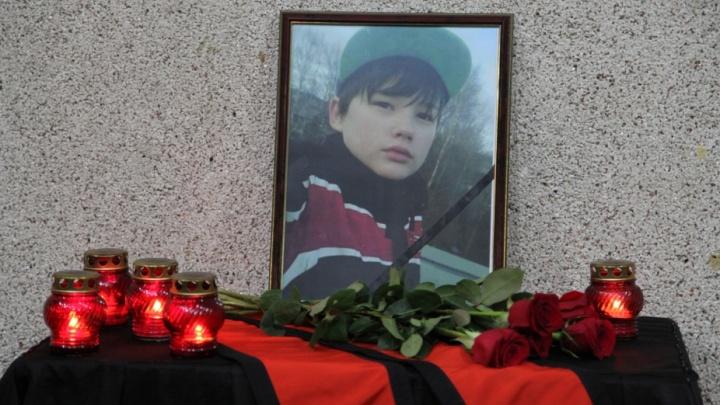 «Стало трудно дышать»: Северодвинск простился с Иваном Крапивиным, ценой жизни защитившим свою маму