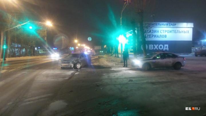 В ГИБДД назвали виновника столкновения трех машин на Шефской, при котором пострадали два человека