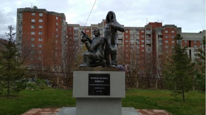 Город забыли спросить: в кадетском корпусе самовольно поставили памятник лыжникам с гранатой