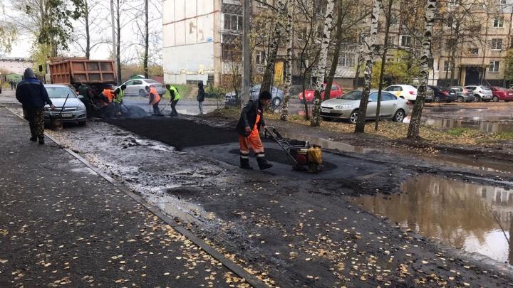 «Это бесплатно от мэрии»: в ярославском дворе заасфальтировали лужи
