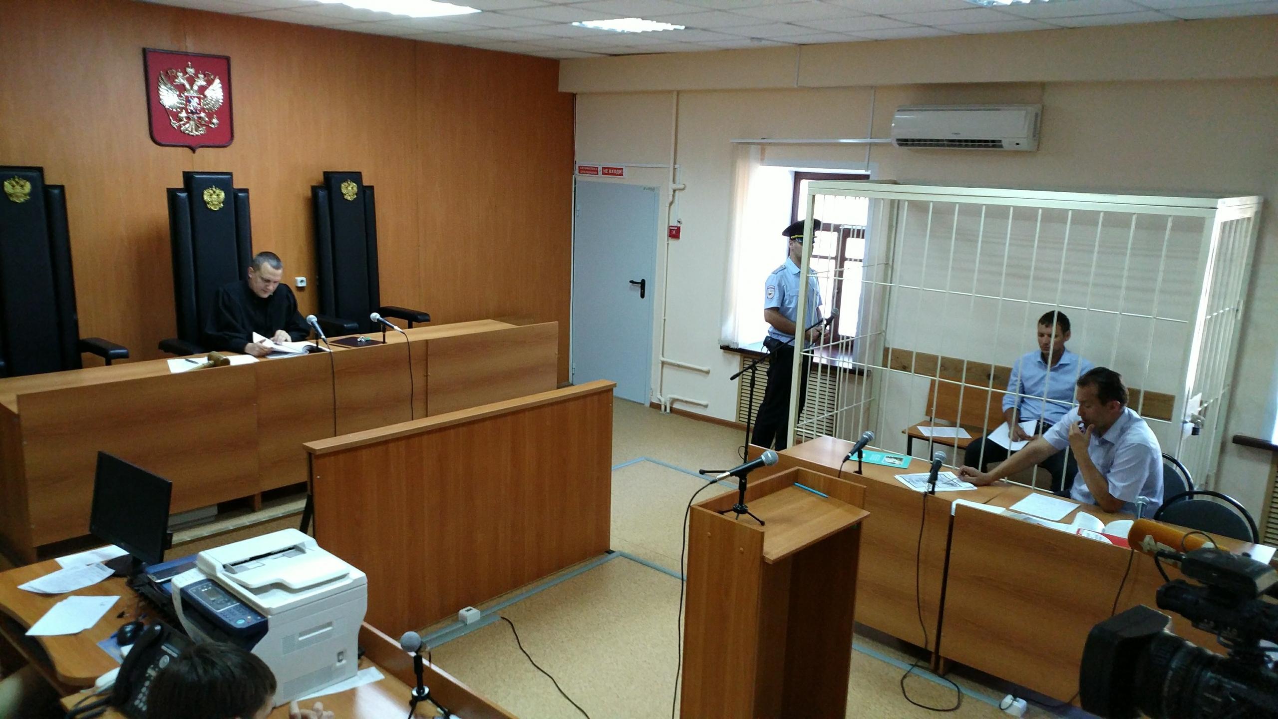 Судья зачитывает материалы дела