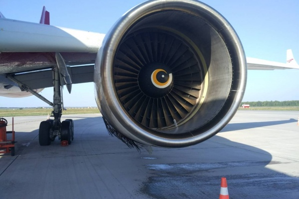 Сейчас пострадавший самолет исследуют эксперты