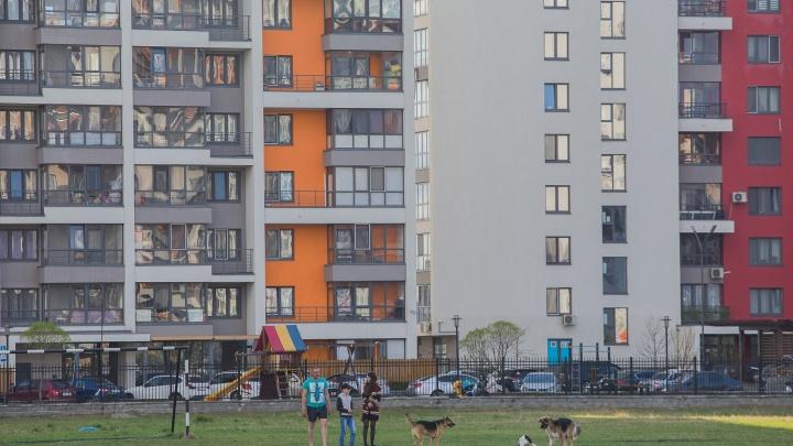 Попали в ловушку: жильцы высотки на Эрвье оказались заперты в подъезде во время пожарной тревоги