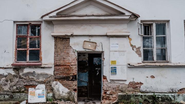 «Бомжи срезали батареи»: пермячка с сыном-подростком остались последними жильцами аварийного дома