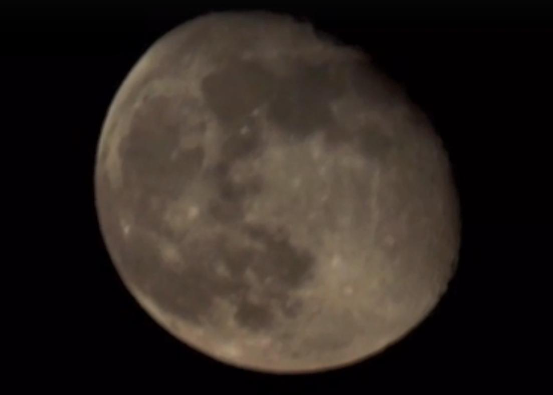 Луна, проплывающая над городом