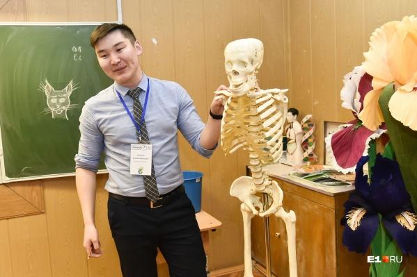 Учитель биологии с любимым пособием — скелетом по имени то ли Федя, то ли Костя (каждый класс дает ему свое имя)