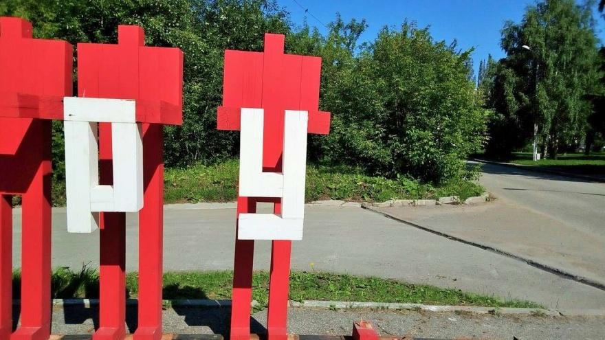 С территории музея PERMM украли двух красных человечков. От арт-объекта осталось «Слава тру»