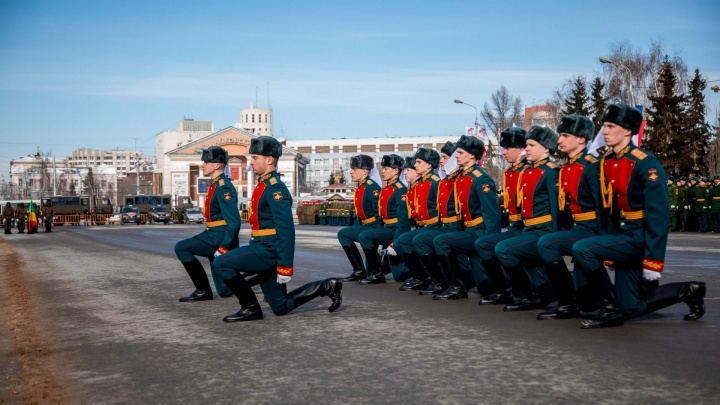 «А ну-ка, шашки подвысь, мы все в боях родились»: фоторепортаж с парада на Соборной площади