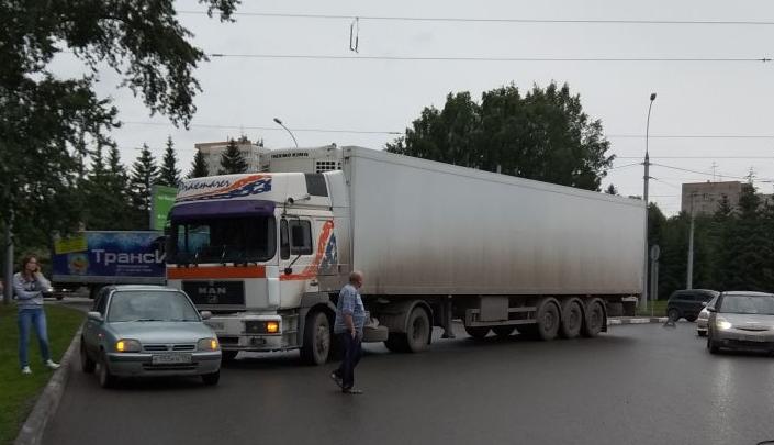 На площади Кирова столкнулись фура и «Ниссан»: собралась серьёзная пробка