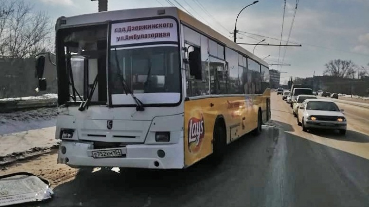 Пять пассажиров в больнице: на Сибиряков-Гвардейцев автобус врезался в столб