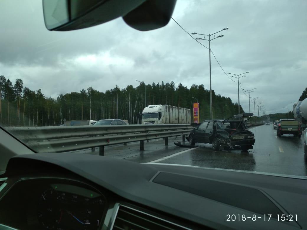 В автопоезд с гигантскими адсорберами для Газпрома у границы Европы и Азии влетела легковушка