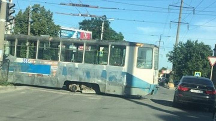 Невезучий трамвай: в Таганроге у «рогатого» на ходу отвалилось колесо