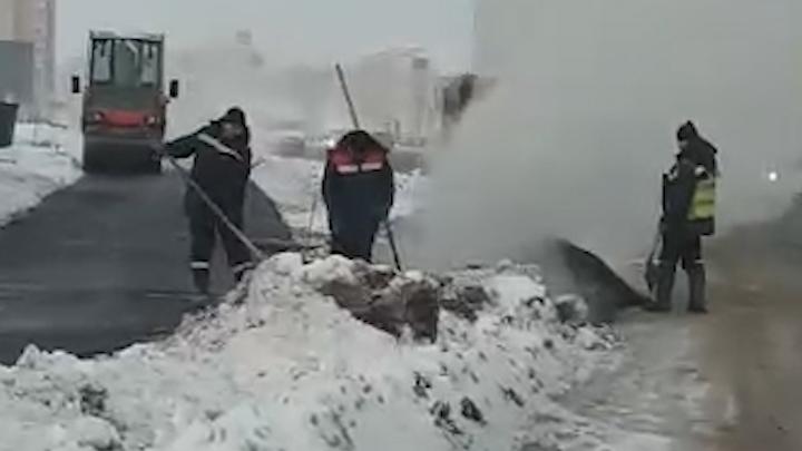Очевидец снял на видео, как в Стерлитамаке кладут асфальт поверх сугроба