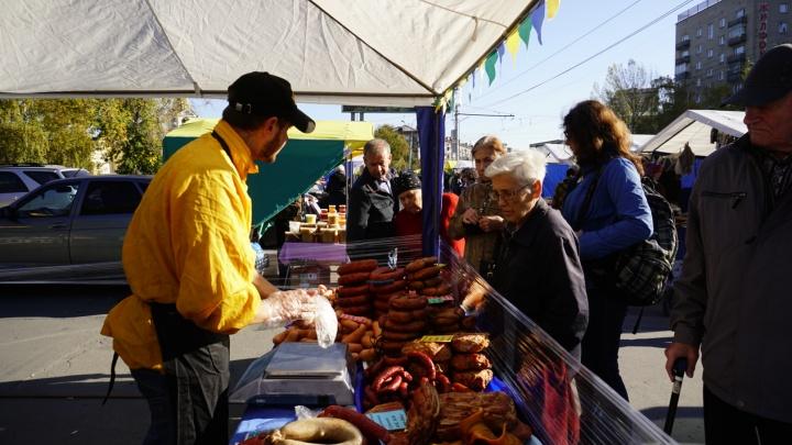 Новосибирцы столпились у цирка в поисках дешёвой картошки и валенок