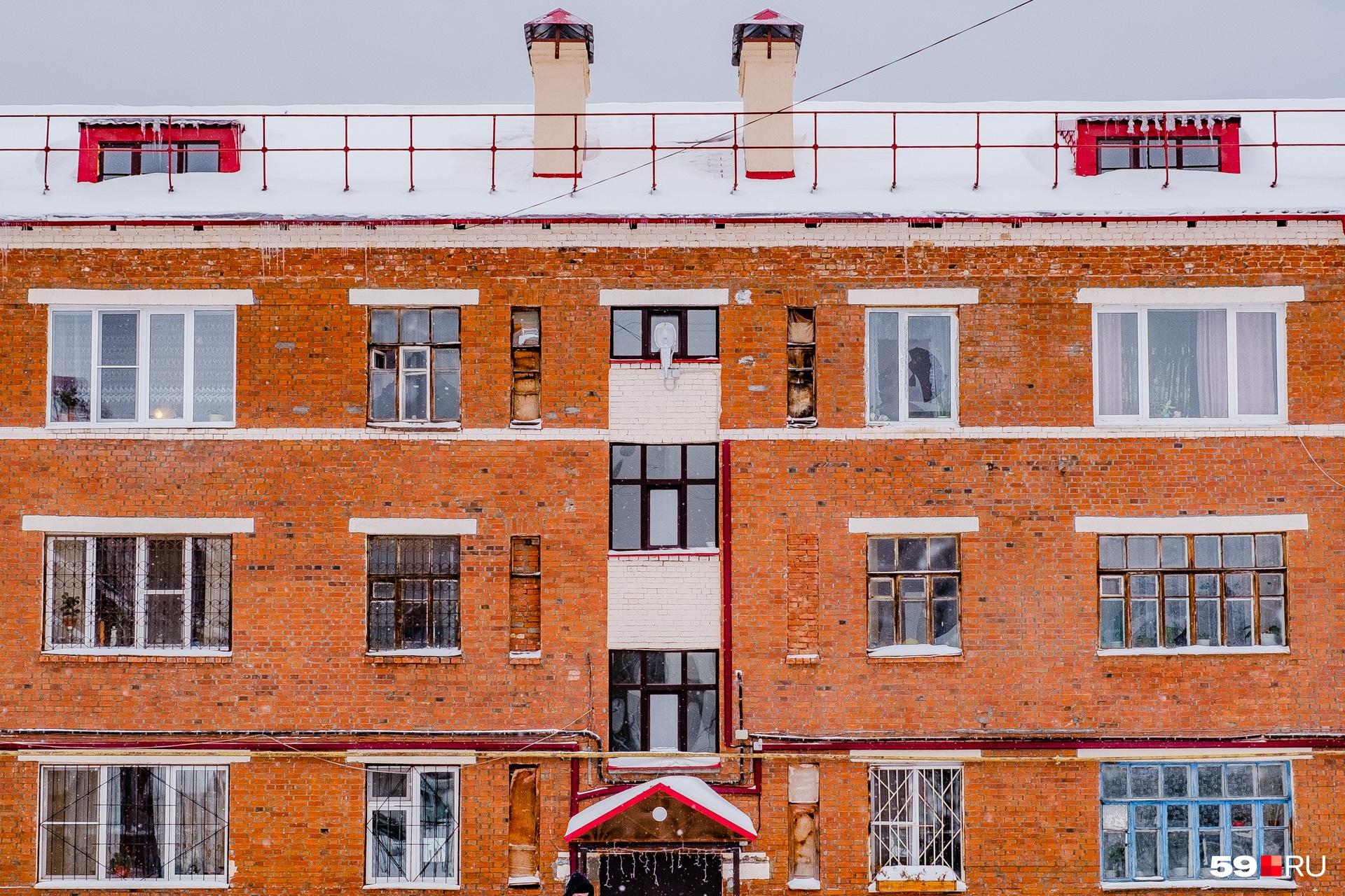 Еще один дом на Циолковского, 11. Ремонтники выделили чердачные надстройки и козырек над входом красным цветом