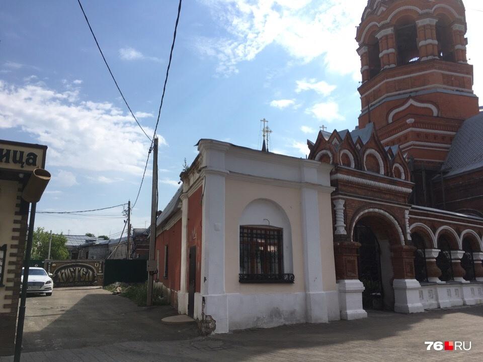 Зона стройки начинается сразу за храмом на Депутатском переулке