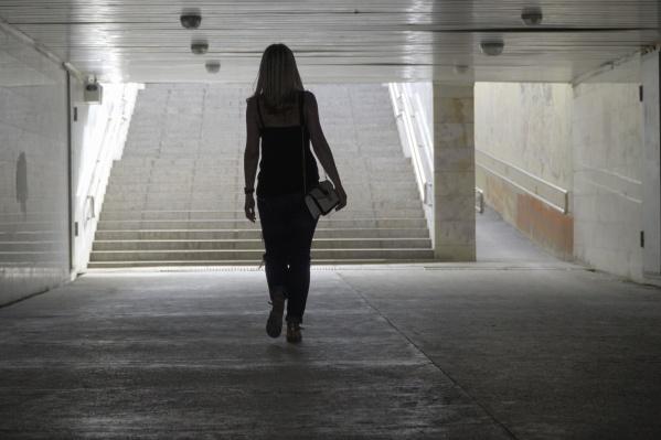 В темных и малолюдных местах женщинам советуют быть особо бдительными