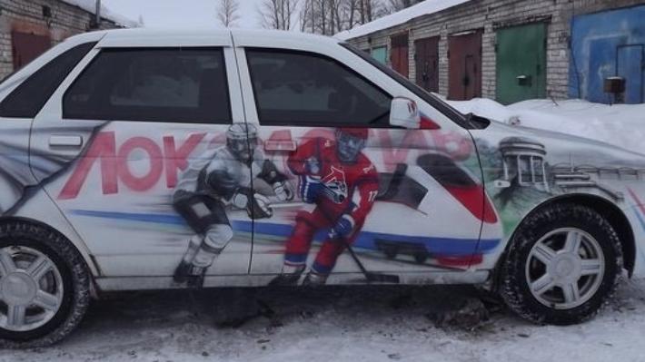 В память о погибшем «Локомотиве» ярославец покрыл весь автомобиль изображением любимой команды