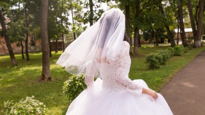 В Ярославле судебные приставы на свадьбе разоблачили женихов