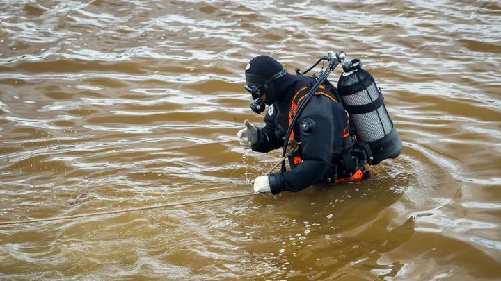 В Первомайке спасатели достали из реки Иня труп мужчины