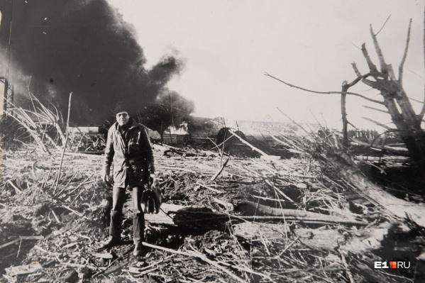 Следователь Владимир Матюшенко работал на станции весь день после взрыва и попросил коллегу сделать фото на фоне черного облака дыма