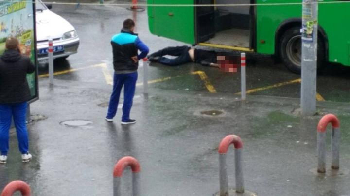 Водитель не виноват: камеры наблюдения сняли, как автобус у вокзала проехал по голове мужчины