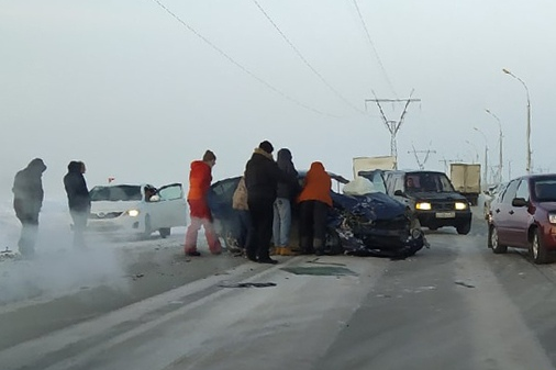 Один из автомобилей развернуло