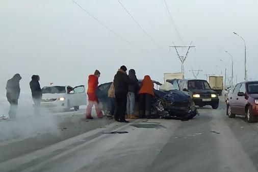 На дамбе ГЭС столкнулись две иномарки: от удара у«Тойоты» смяло бок