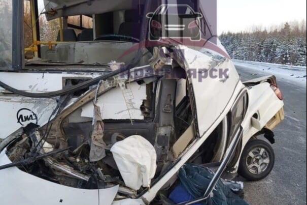 Около Богучан автобус смял «Тойоту». Погибла девушка