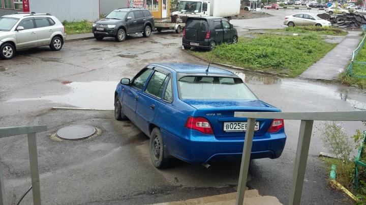 «Я паркуюсь как...»: Audi у соцстраха и страшный автохам с номером «666»