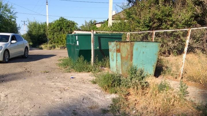 «Минус снова победил плюс»: в поселке Волгограда дорога к мусорным бакам утонула в ямах