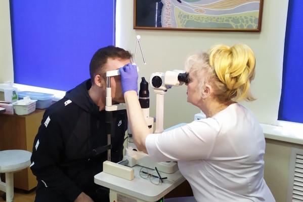 Состояние гостя из Италии контролируют офтальмологи