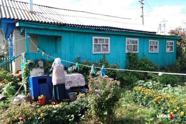 Когда корреспондент UFA1.RU приехал в деревню, соседи прибирались в доме погибших женщин, готовились к похоронам