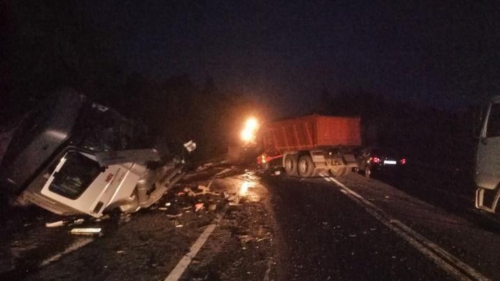 На трассе в Ярославской области столкнулись сразу шесть машин: фото с места ДТП