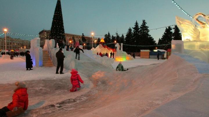Тысяча кубов льда, ловушки и лабиринты: ледовый городок Челябинска готовят к открытию
