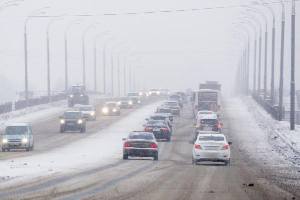 Из-за снегопада автомобильное движение затруднено на мостах