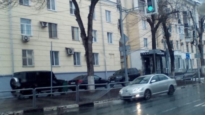 ГИБДД займётся чёрным «Гелендвагеном» и другими любителями парковки на тротуаре у чайханы «Омни»