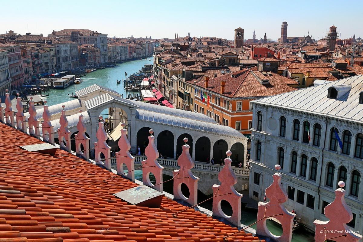 В Венеции есть большие и маленькие водные каналы