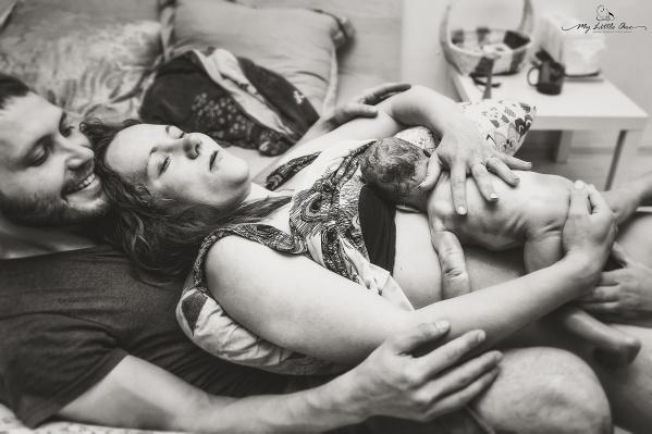 Этот кадр был сделан через несколько минут после рождения малыша. Роды проходили дома, папа на протяжении всего процесса находился рядом с женой