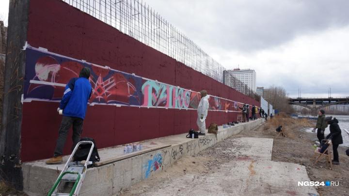 Уличные художники вышли разрисовывать стену на набережной у Коммунального моста