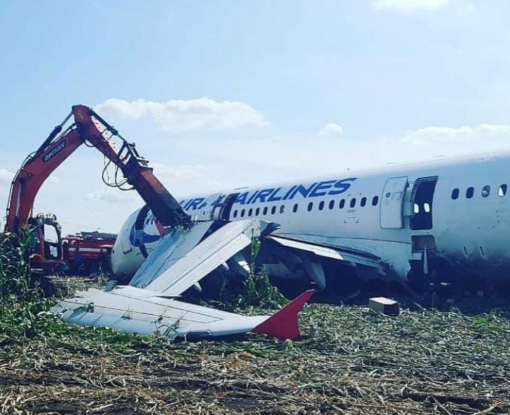 Самолёт разрезали гидравлическими ножницами и вывезли частями