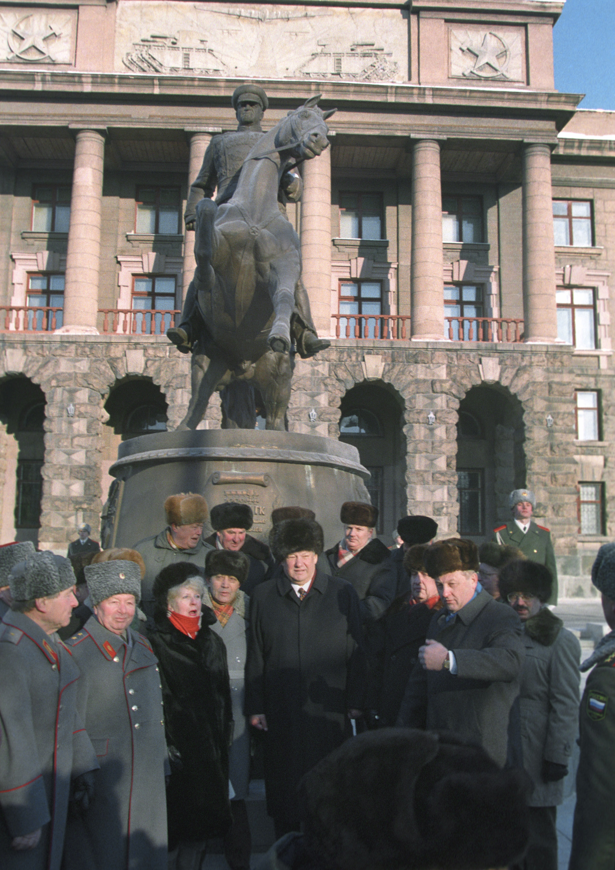 Ельцин у штаба ЦВО