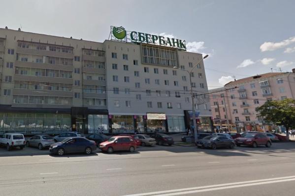 Конструкция находится на крыше здания, мэрия считает ее рекламой, Сбербанк— информационной вывеской