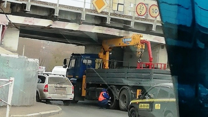 Грузовик застрял под мостом на выезде с Порт-Артура и собрал пробку